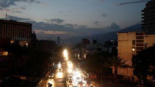 Le uniche luci nella notte di Caracas: i fari delle auto.