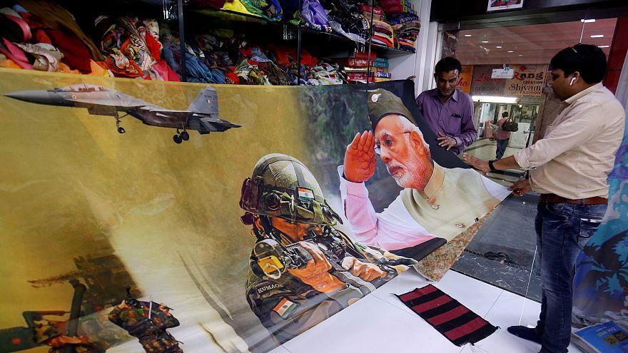 Hindistan'da partilerin seçim posterlerinde askeri personel kullanımına yasak