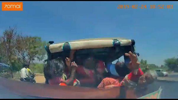 شاهد: لحظة اصطدام سيارة مسرعة بتوك توك متكدس بالركاب في الهند