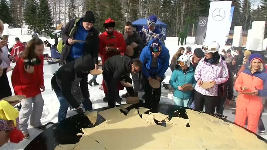 شاهد: الروس يحتفلون بقدوم الربيع بصناعة فطيرة عملاقة