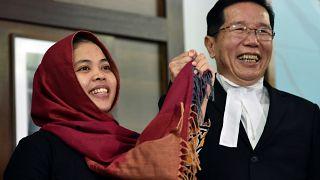 La mujer indonesia absuelta junto a su abogado