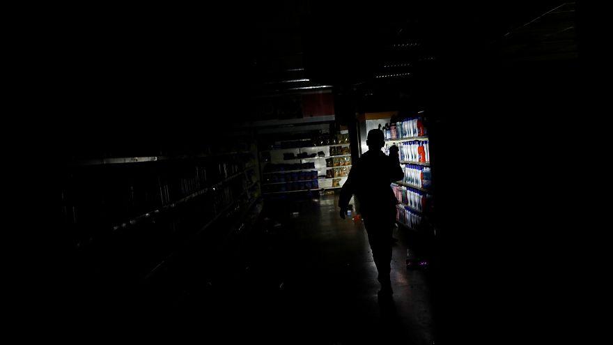 Un supermercado a oscuros luego de un saqueo durante el apagón. Caracas.