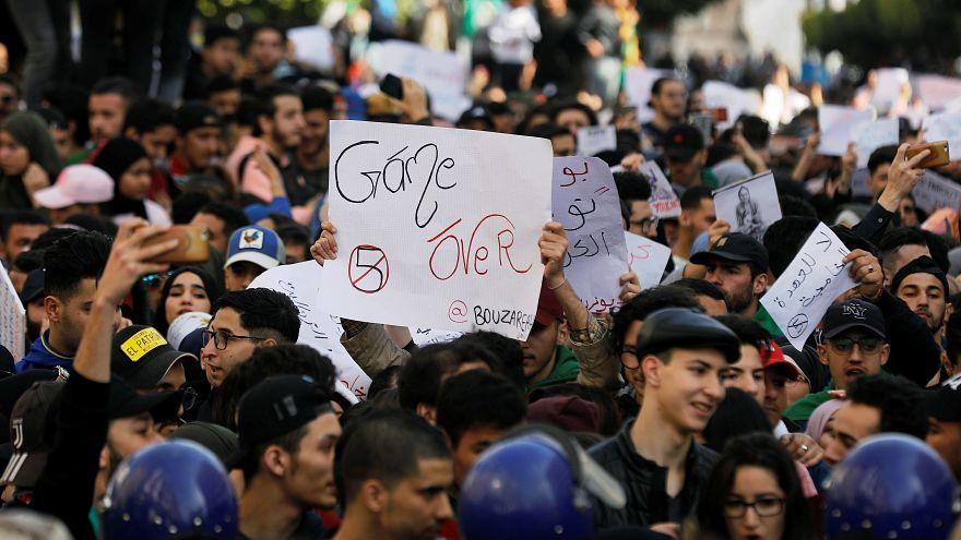 طلاب يشاركون في احتجاجات ضد حكم الرئيس الجزائري عبد العزيز بوتفليقة