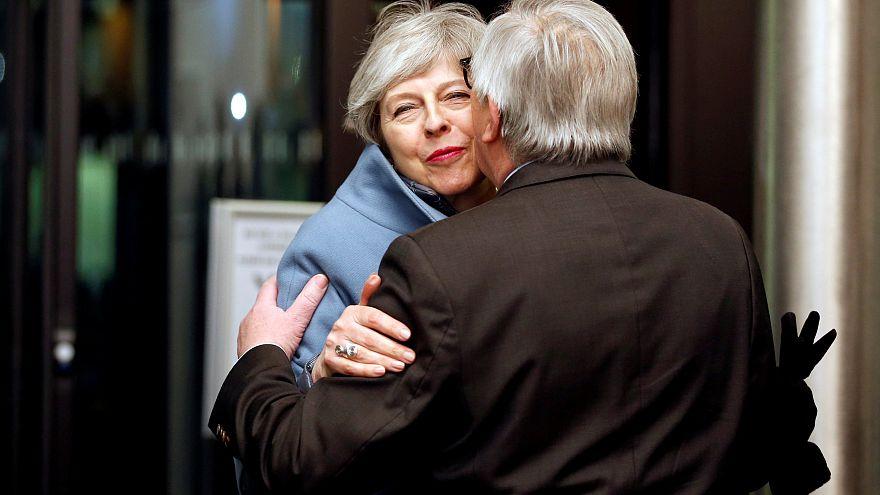 رئيسة الوزراء البريطانية ورئيس المفوضية الأوروبية في قمة بروكسل
