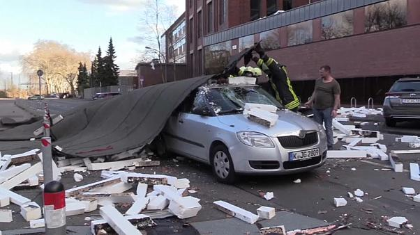 فيديو: نجاة سائق من حطام مبنى سقط على سيارته بسبب عاصفة في ألمانيا