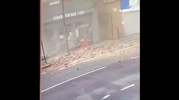 Прохожий увернулся от падающей стены дома
