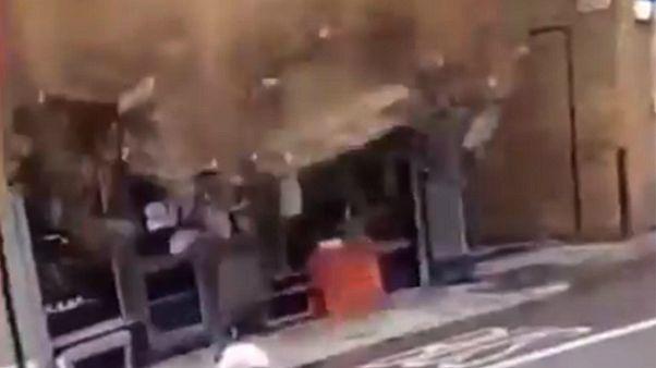 مرد بریتانیایی از ریزش بخشی از یک ساختمان جان سالم به در برد
