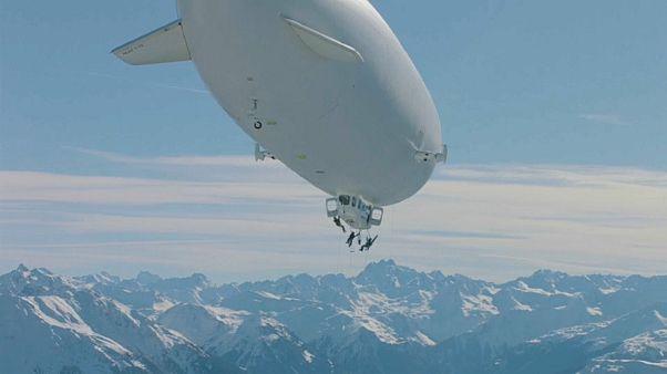 Video | Alplerde bir ilk: Zeplinle çıkıp kayarak indiler