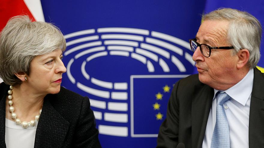 "Theresa May garante ""alterações vinculativas"" para salvar Brexit"