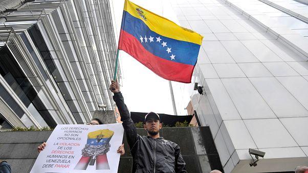 فنزويليون في بوغوتا يحتجون على الرئيس الفنزويلي مادورو