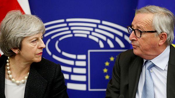 رئيس المفوضية الأوروبية جان كلود يونكر ورئيسة وزراء بريطانيا تيريزا ماي
