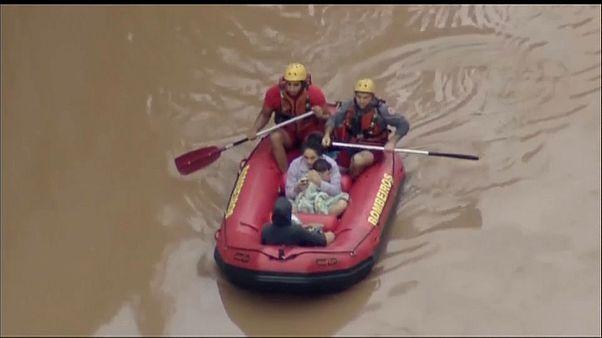 فرق الانقاذ استخدمت القوارب المطاطية لمساعدة الأهالي