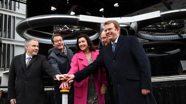 """شاهد: شركة إيرباص تكشف عن أول نموذج """"تاكسي طائر"""" في ألمانيا"""