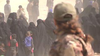 Video: IŞİD'den kaçan Yezidi kadın kendisine zorla giydirilen çarşafı yaktı