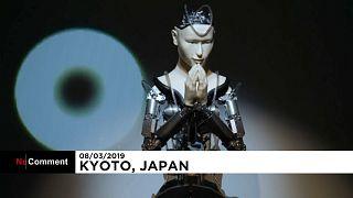 Roboter liest Buddha