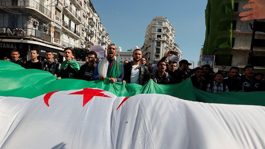 جزائريون يشاركون في مظاهرة تطالب بتغييرات سياسية فورية في الجزائر العاصمة