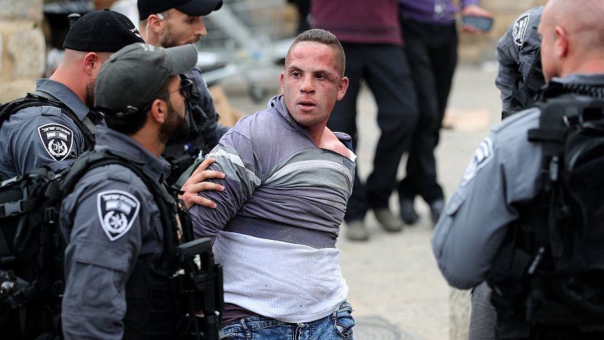 الشرطة الإسرائيلية تعتقل فلسطينيا قرب الأقصى بعد اعتداء أفرادها على المصلين