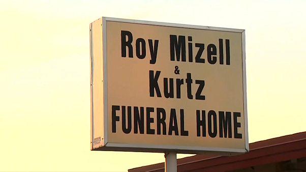 لافتة دار جنازات روي ميتزيل وكورتز