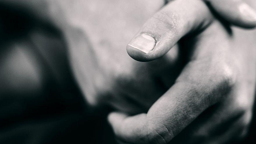 السبب العلمي وراء صوت فرقعة اليدين المفاصل