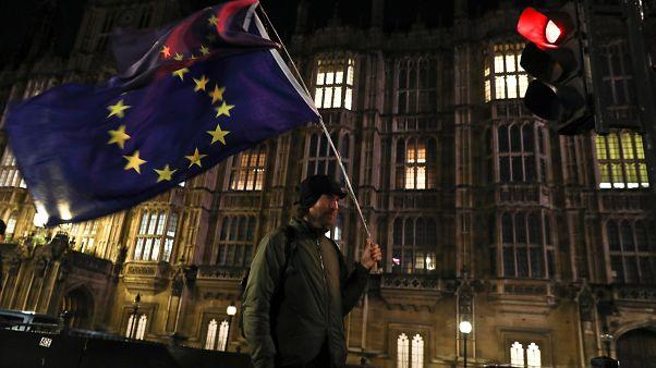 شخص مناهض لخروج بريطانيا من الاتحاد الأوروبي خارج مقر البرلمان
