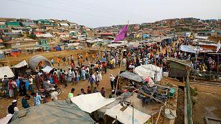 لاجئون من الروهينجا داخل سوق بمخيم في بنغلاديش