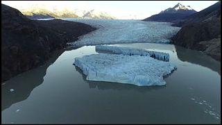 Dos icebergs se desprenden del Glaciar Grey, en la Patagonia chilena