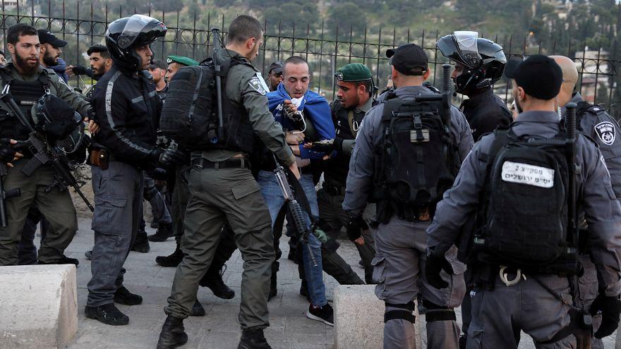 أفراد من الشرطة الإسرائيلية يعتقلون محتجا فلسطينيا خارج المسجد الأقصى