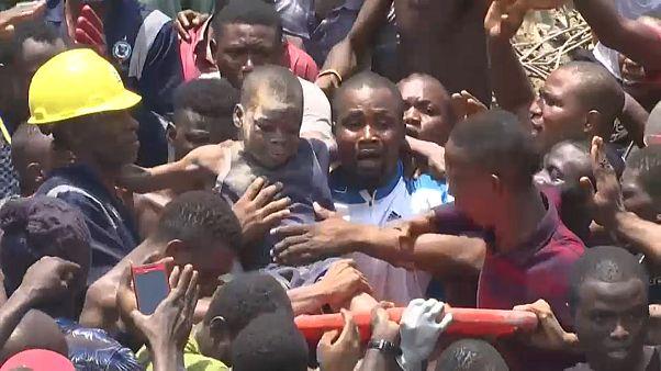 Под обломками школы в Нигерии погребены более 100 человек