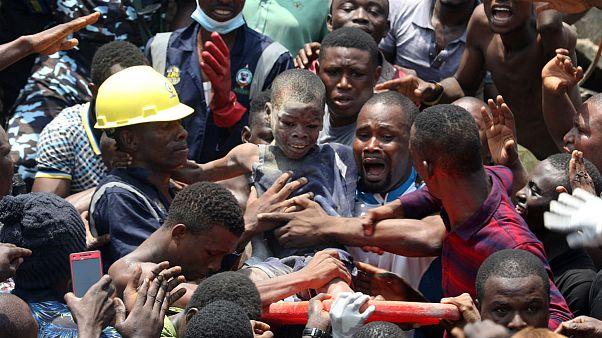دهها کودک نیجریهای زیر آوار گرفتار شدند