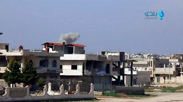 روسيا تنفذ ضربة جوية في إدلب بالتنسيق مع تركيا والقوات الحكومية تكثف هجماتها