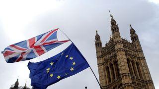 Las banderas ondean frente al Parlamento, antes de la votación en Londres.