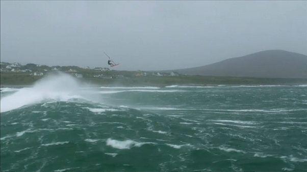 En Irlande, ils bravent la tempête... en planche à voile!