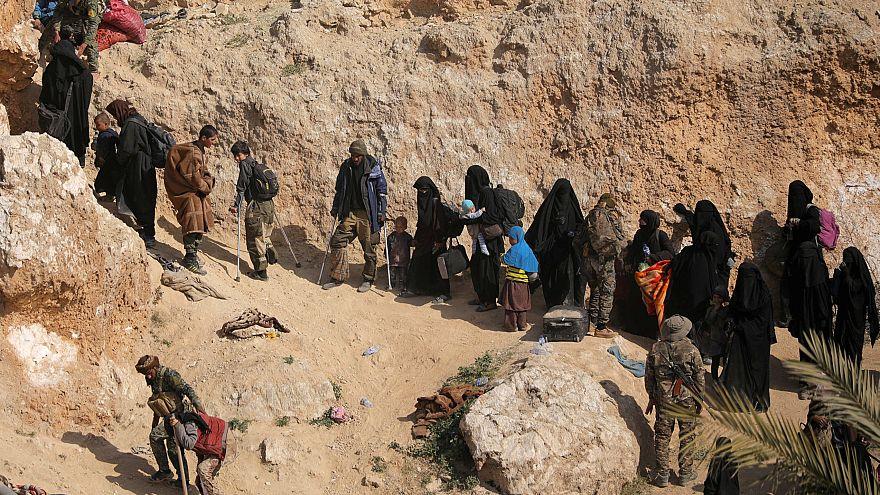 صدها عضو داعش به همراه زنان و کودکان خود را تسلیم نیروهای دموکراتیک سوریه کردند