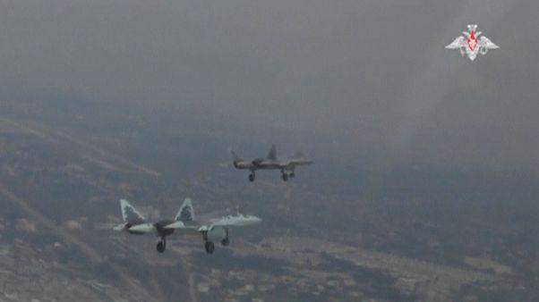 دو جنگنده سوخو ۵۷ در حال پرواز در آسمان سوریه