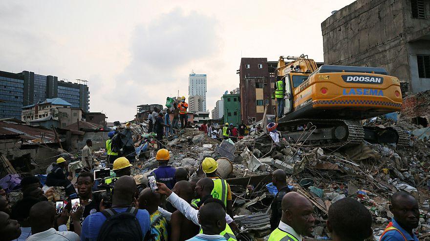 Decenas de niños atrapados bajo los escombros en Lagos