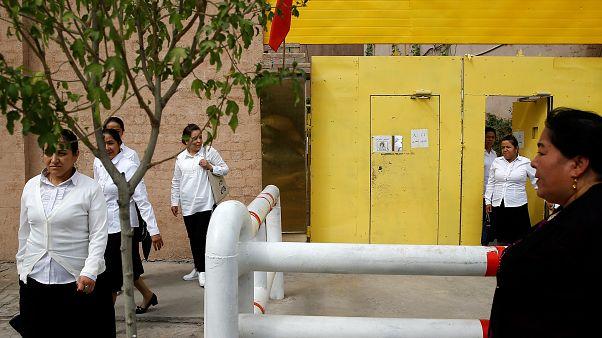 نساء من عرقية الويغور يغادرن مركزا للتعليم في اقليم شينجيانغ