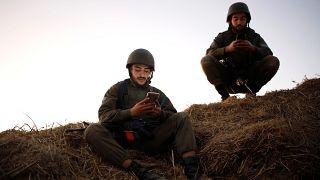 جنديان اسرائيليان بالقرب من الجدار الحدودي بين اسرائيل وقطاع غزة