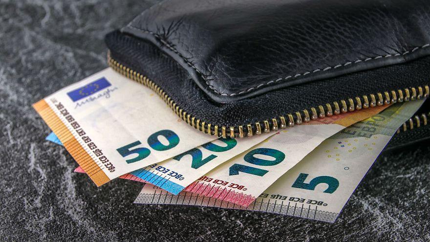 Un pueblo español atónito con la llegada de sobres con dinero de un benefactor anónimo