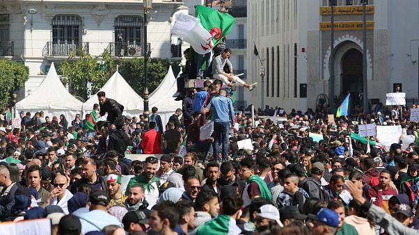 أشخاص يشاركون في احتجاج في الجزائر
