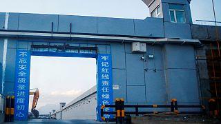 ورودی یک مرکز بازپروری در استان سین کیناگ چین
