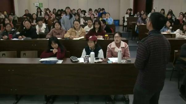 """شاهد: استاذ يستخدم """"التعليقات الحية """" للتفاعل مع طلابه في جامعة بالصين"""
