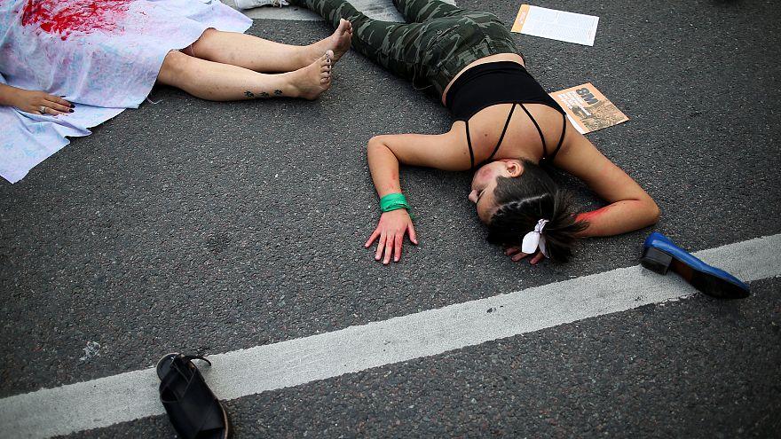 نساء يمثلن جريمة قتل النساء في العاصمة الأرجنتينية (أرشيف)