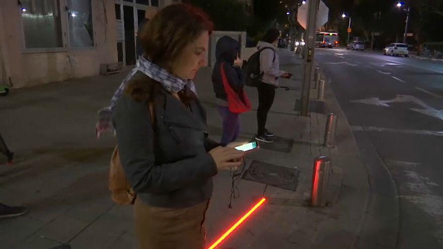 """إحدى ساكنات تل أبيب تقف عند """"إضاءة الزومبي"""" الحمراء"""
