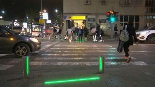 """В Тель-Авиве спасают от ДТП """"зомби с мобильниками"""""""