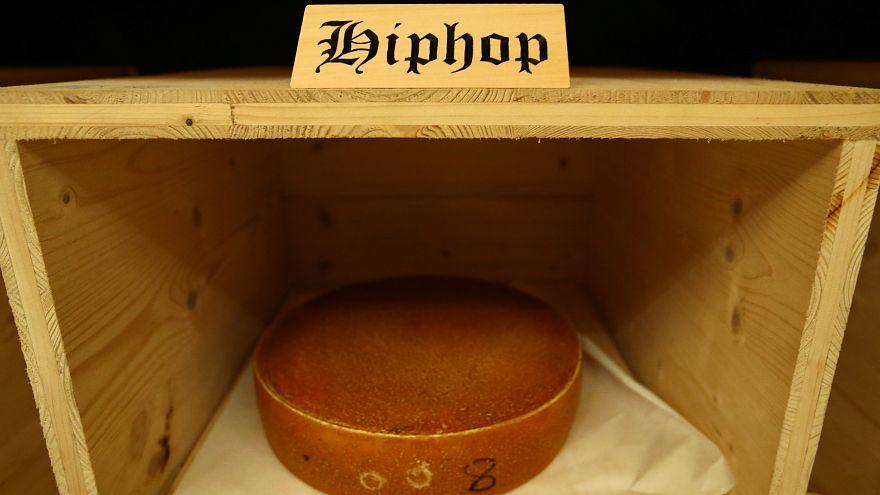 وللطعام آذان أيضا.. موسيقى الهيب هوب تحسّن مذاق الجبنة  أكثر من موسيقى موتسارت!