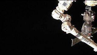 شاهد: وصول مركبة سويوز إلى محطة الفضاء الدولية