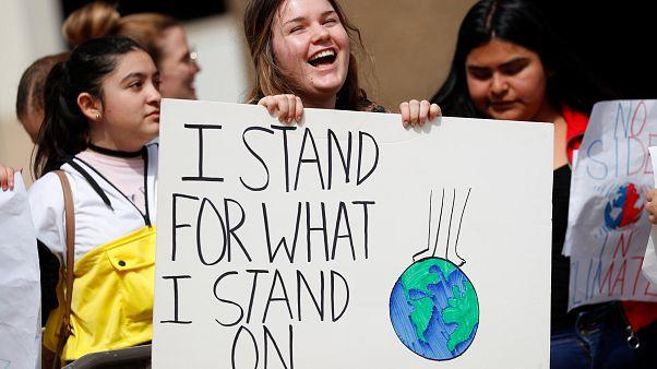 Yüz binlerce öğrenciden 'Gelecek için Cumalar' protestoları: İklim geleceğimiz