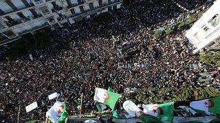 شاهد: احتجاجات حاشدة في الجزائر لمطالبة بوتفليقة بالتنحي والشرطة تعتقل 75 شخصا