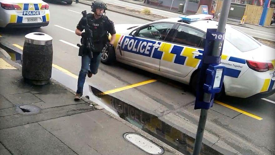 شاهد: لحظة اعتقال مشتبه بهم في الهجوم الارهابي على مسجدين في نيوزيلندا