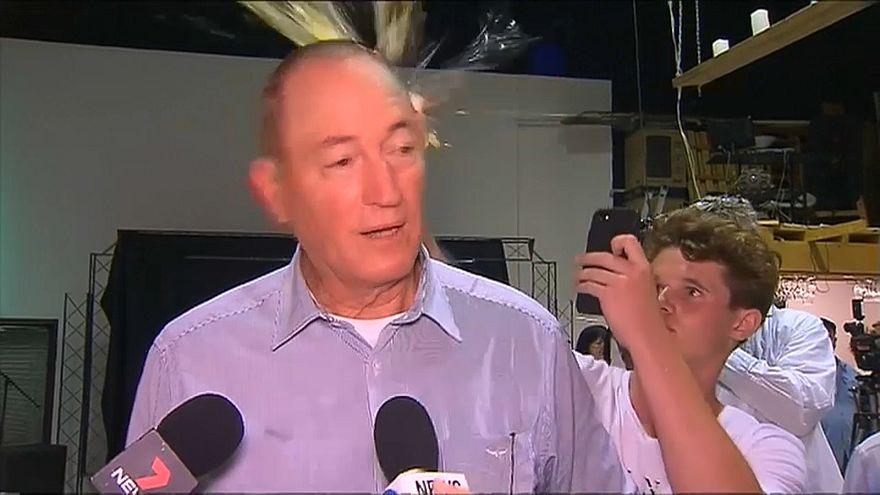شاهد: شاب يكسر بيضة على رأس نائب أسترالي ألقى باللوم على المسلمين في هجوم نيوزيلندا